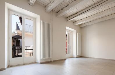 Soffitto In Legno Finto : Trasformare le travi in legno del soffitto con l uso del bianco