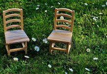 riparare le sedie di legno